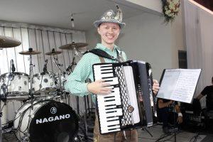 Quem também sobe ao palco é Leandro Schaffel, com o seu inseparável acordeon.