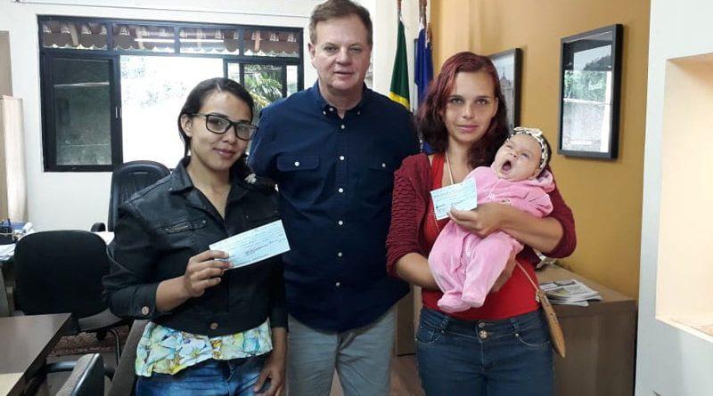 Algumas famílias de Marechal Floriano receberam das mãos do prefeito Cacau Lorenzoni, no gabinete, na manhã desta quinta-feira (24), o auxílio-natalidade a que tinham direito. As mães ficaram muito felizes por terem sido contempladas com o benefício.