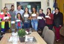 Prefeito Cacau Lorenzoni entrega a premiação aos ganhadores da primeira edição do Show de Talentos